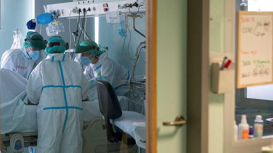 Varios sanitarios atienden a un paciente en la UCI de enfermos COVID del Hospital Miguel Servet de Zaragoza.
