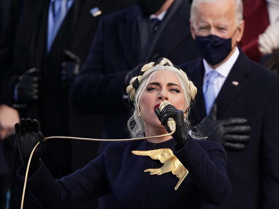 Lady Gaga canta el himno nacional frente a la atenta mirada de Joe Biden