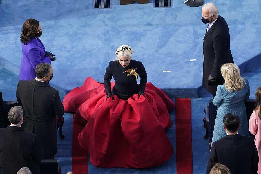 Joe Biden y Kamala Harris observan a Lady Gaga mientras se encamina al escenario