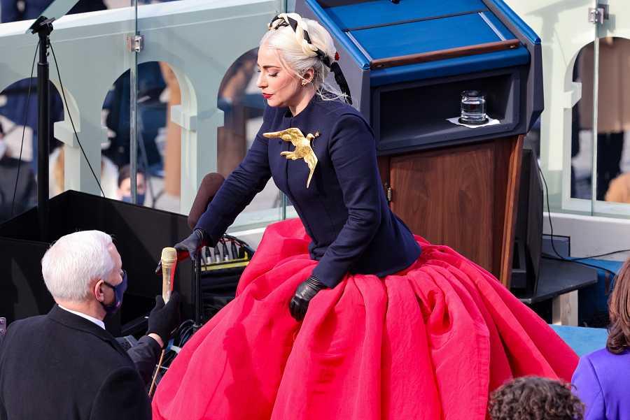 Lady Gaga se dispone a cantar el himno nacional