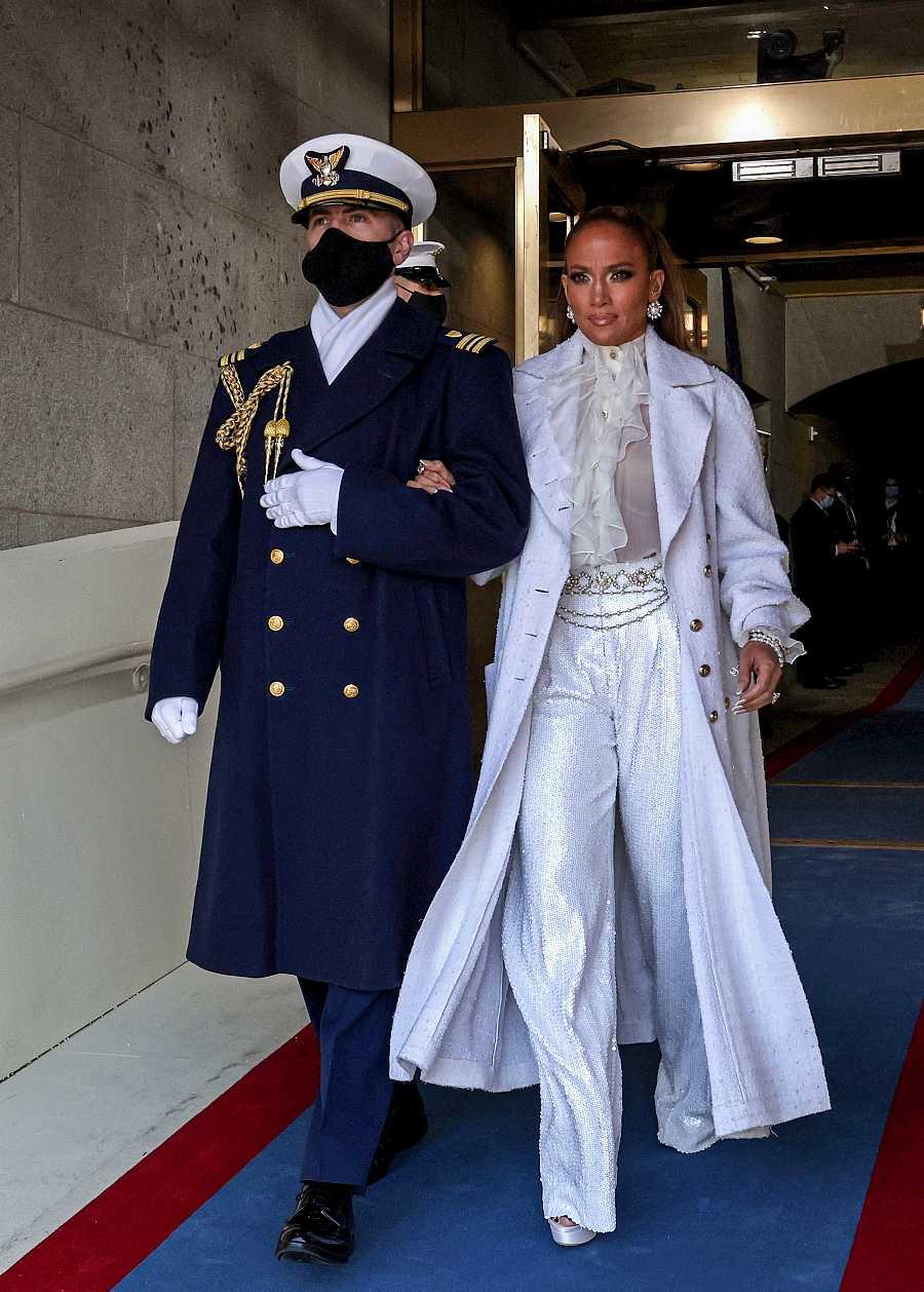 Jennifer Lopez llega al patio del Capitolio en la inauguración de Biden