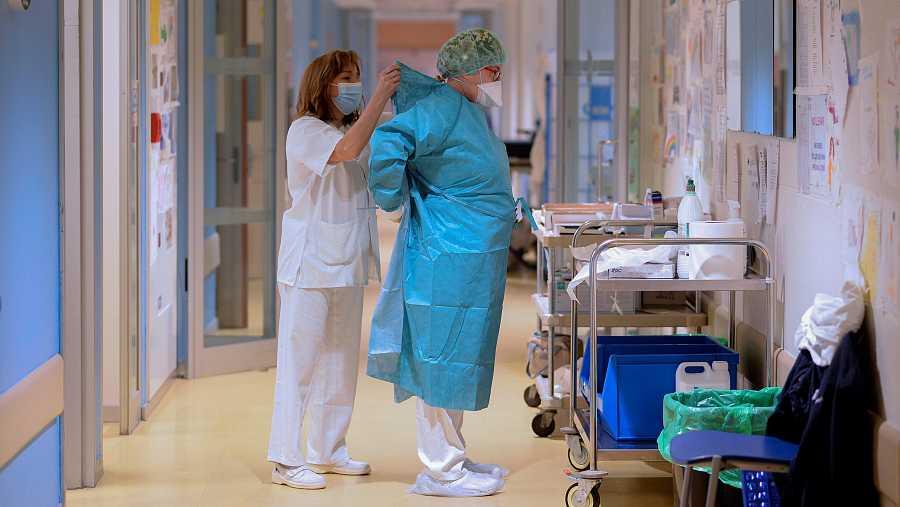 Una enfermera ayuda a una médico de Urgencias del Hospital Pío del Río Hortega de Valladolid.