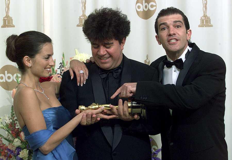 Pedro Almodóvar con su Oscar por la película 'Todo sobre mi madre'