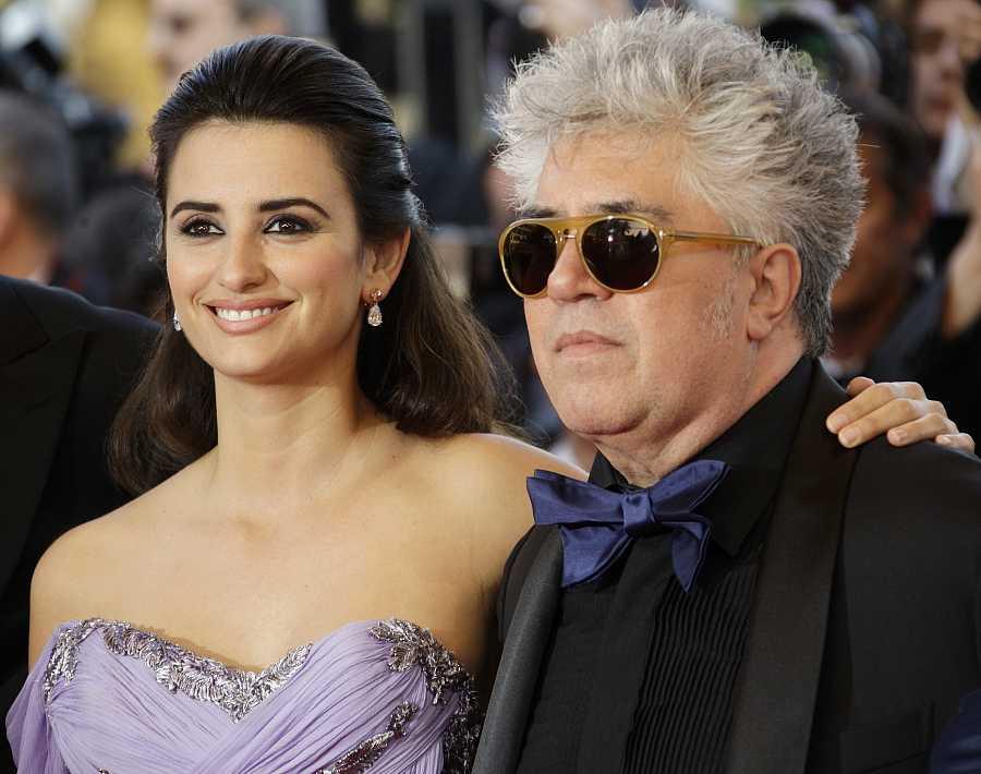 Pedro Almodóvar con Penélope Cruz en la presentación en Cannes de 'Los abrazos rotos'