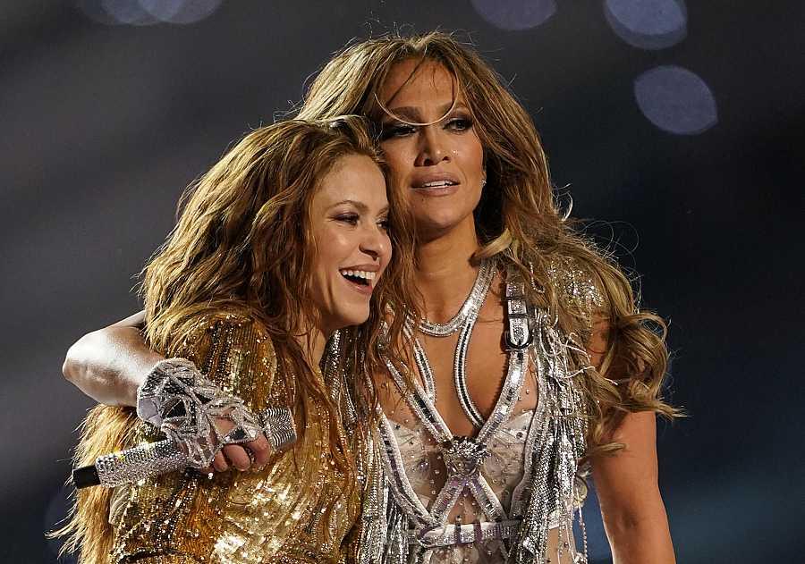 Shakira y Jennifer López al final de su actuación en la Super Bowl