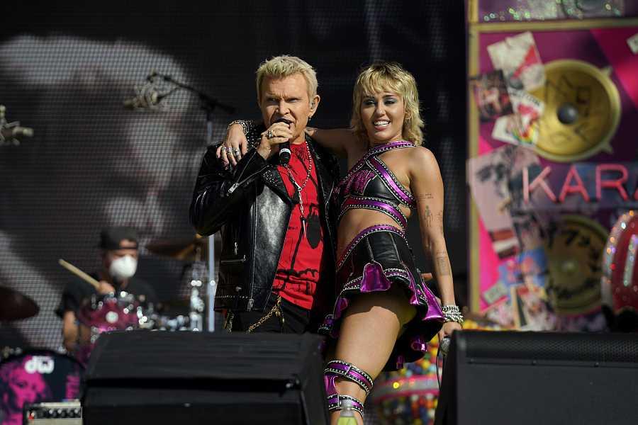 Miley Cyrus actuando con Billy Idol en la Super Bowl