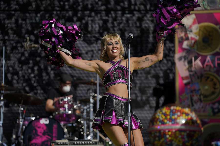 Miley Cyrus con su look cheerleader en la Super Bowl