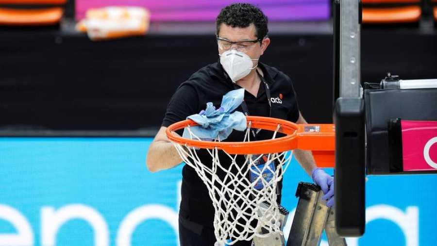 Un miembro de la organización desinfecta un aro en la burbuja de Valencia.