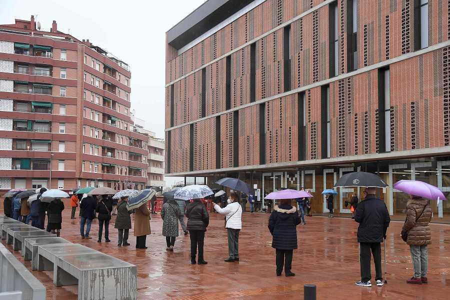 Varios votarntes esperan en el exterior de un colegio electoral