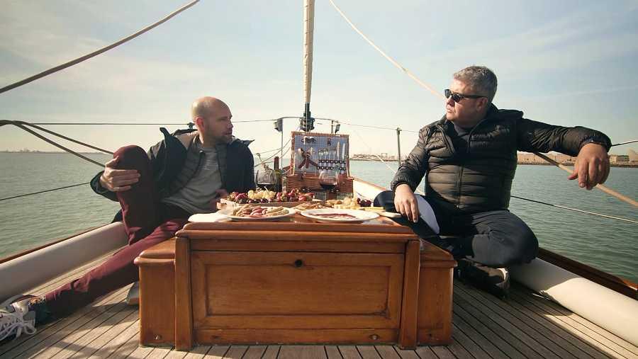 Florentino Fernández y Gonzalo Miró en un barco en Cádiz