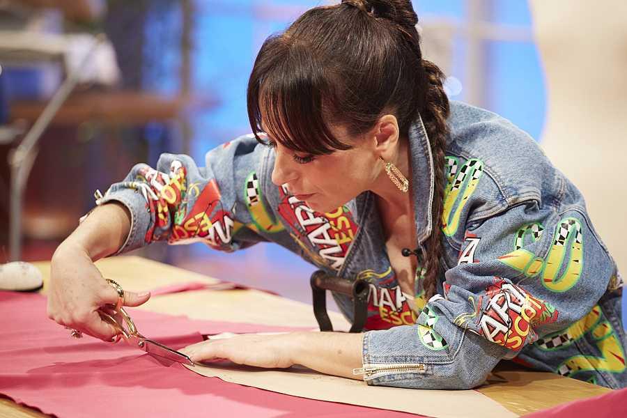 María Escoté cosiendo