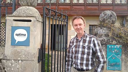 El británico Duncan Holt frente a su negocio en Pedrosa de Valdeporres