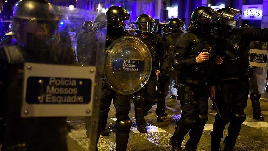 Agents dels Mossos durant els aldarulls d'aquest dissabte