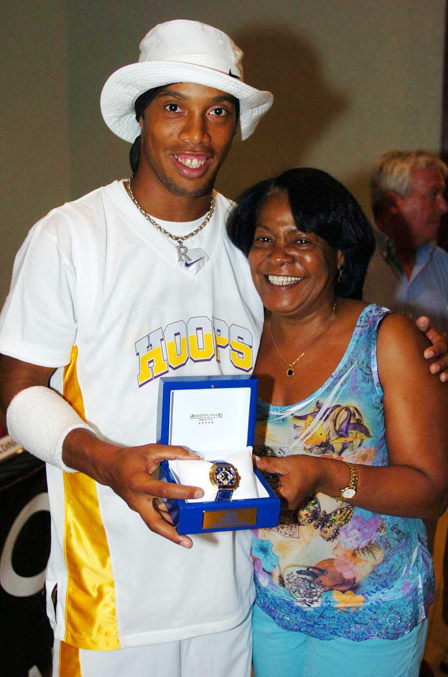 El jugador de fútbol Ronaldinho junto a su madre fallecida, Miguelina