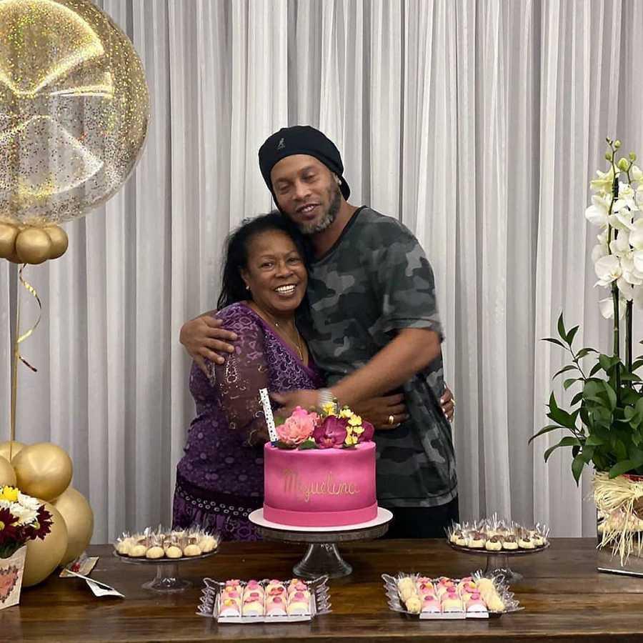 Ronaldinho celebró el 71 cumpleaños de Miguelina a su lado