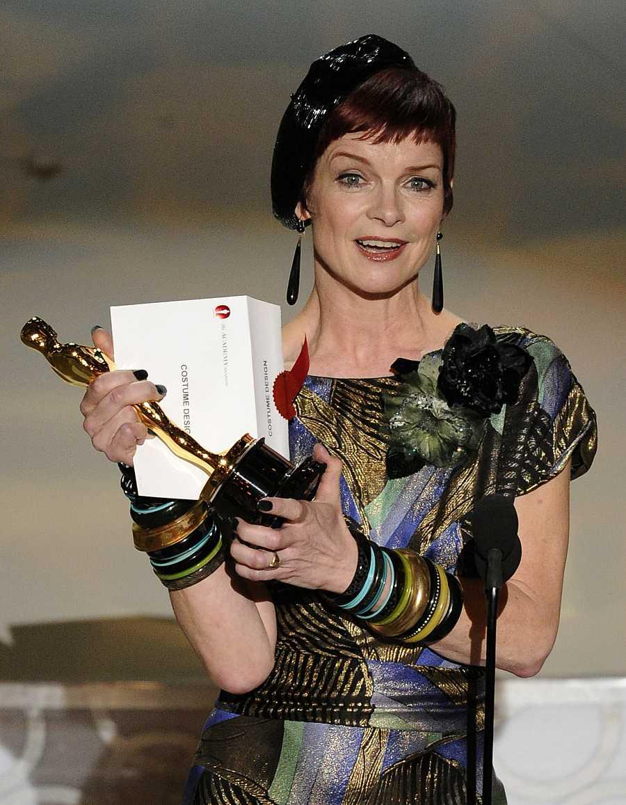 Sandy Powell recibe el Oscar por el diseño de vestuario de 'La Joven Victoria' en el 2010