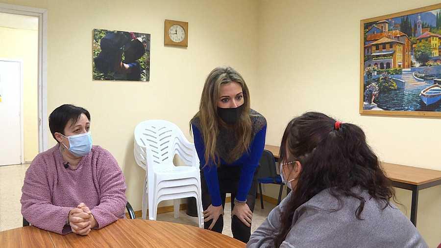 La reportera Teresa Perales, hablandon con una madre y su hija