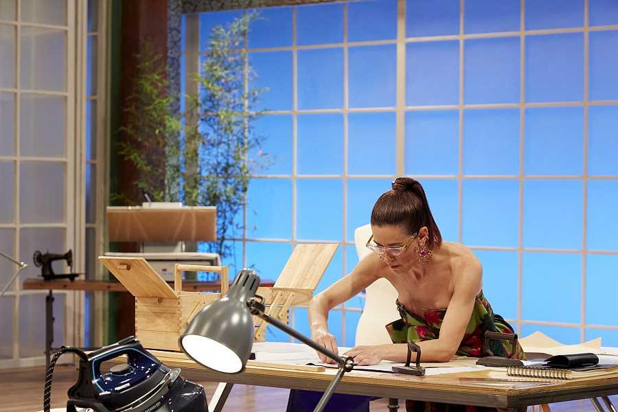 Raquel Sánchez Silva cosiendo