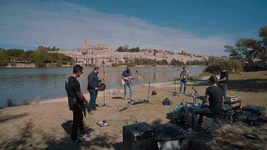 Músicos tocando con la ciudad de Zamora de fondo