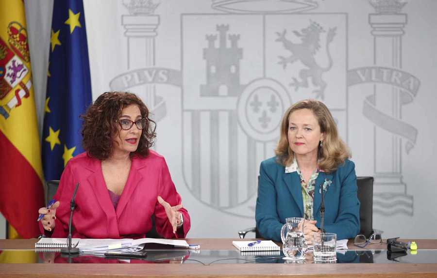 La ministra portaveu i titular d'Hisenda, María Jesús Montero, i la ministra d'Economia, Nadia Calviño