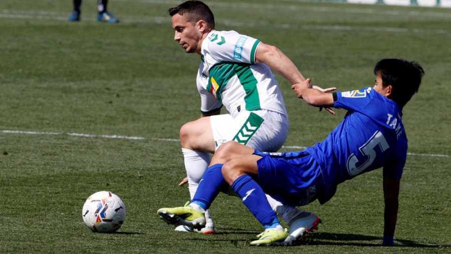 El centrocampista del Getafe Takefusa Kubo (d) y el del Eleche Iván Marcone disputan un balón