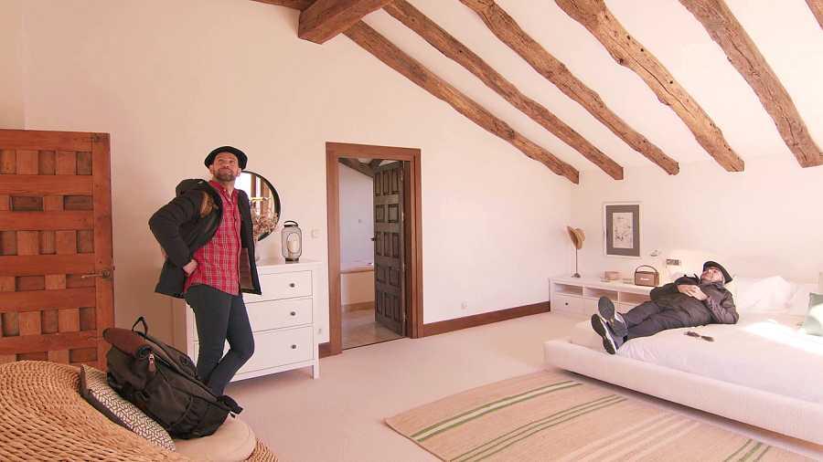 Gonzalo y Flo en un caserío
