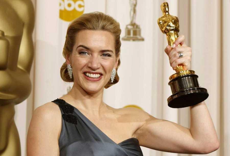 Kate Winslet levanta la estatuilla en los Premios Oscar