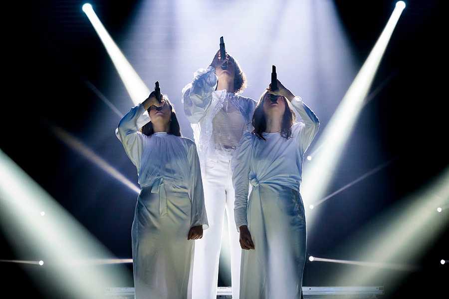 Maria Arnal amb el duo Tarta Relena en un moment de l'actuació