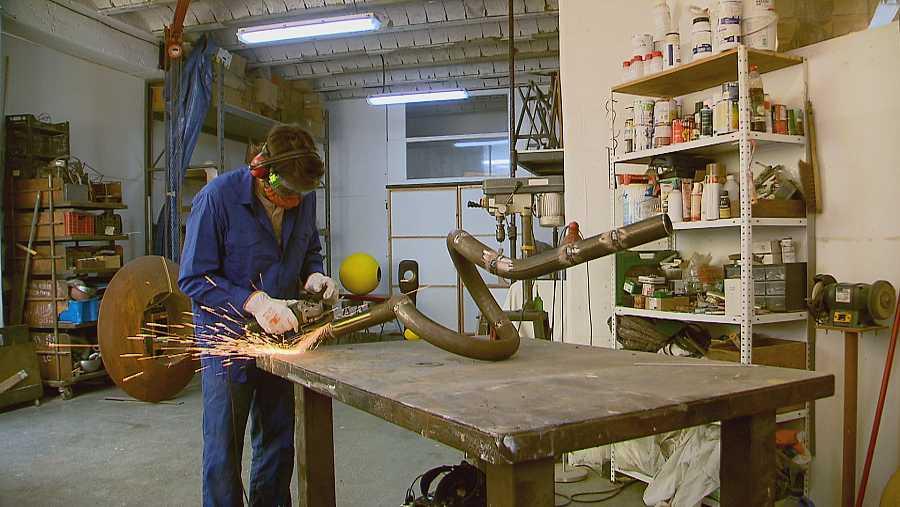 L'escultor Germán Consetti treballant