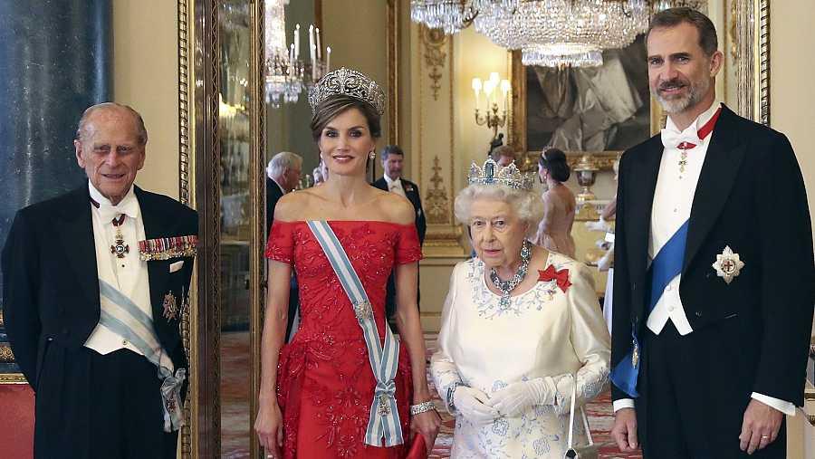 Felipe de Edimburgo e Isabel II, junto a los reyes de España.