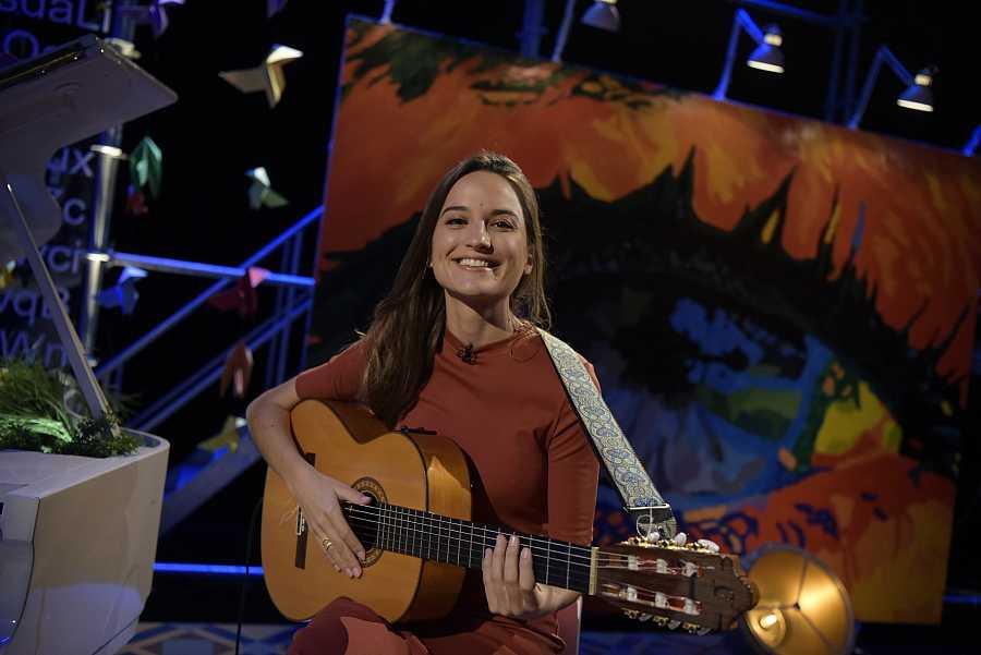 Judit Neddermann amb la guitarra al plató de 'Punts de vista'
