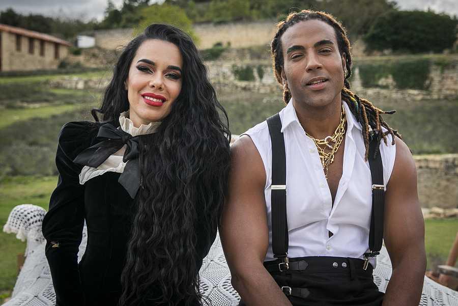 Beatriz Luengo y Yotuel Romero durante el rodaje de un videoclip