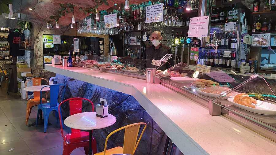 Nino detrás de la barra de su restaurante en el conocido barrio de Santutxu, en Bilbao.