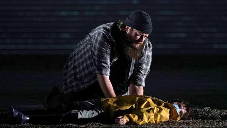 Escena de 'Peter Grimes' en el Teatro Real con Allan Clayton