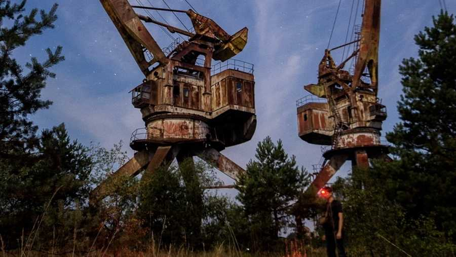 Un explorador pasea entre las ruinas de la central nuclear de Chernóbil