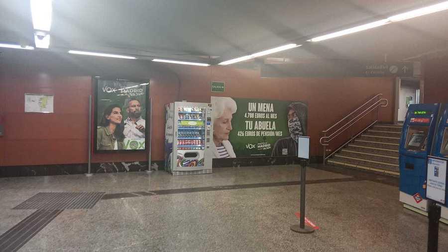 Imagen del cartel de Vox en el interior de la estación de Sol, en el centro de Madrid