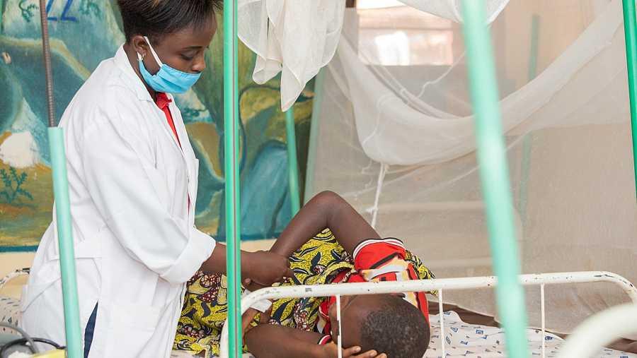 Una paciente con malaria está siendo atendido por el personal de MSF