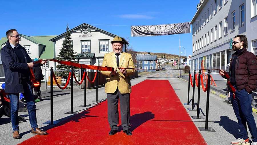 Los vecinos de Húsavik pintaron una alfombra roja en el suelo de la calle principal para la ceremonia de los Oscar.