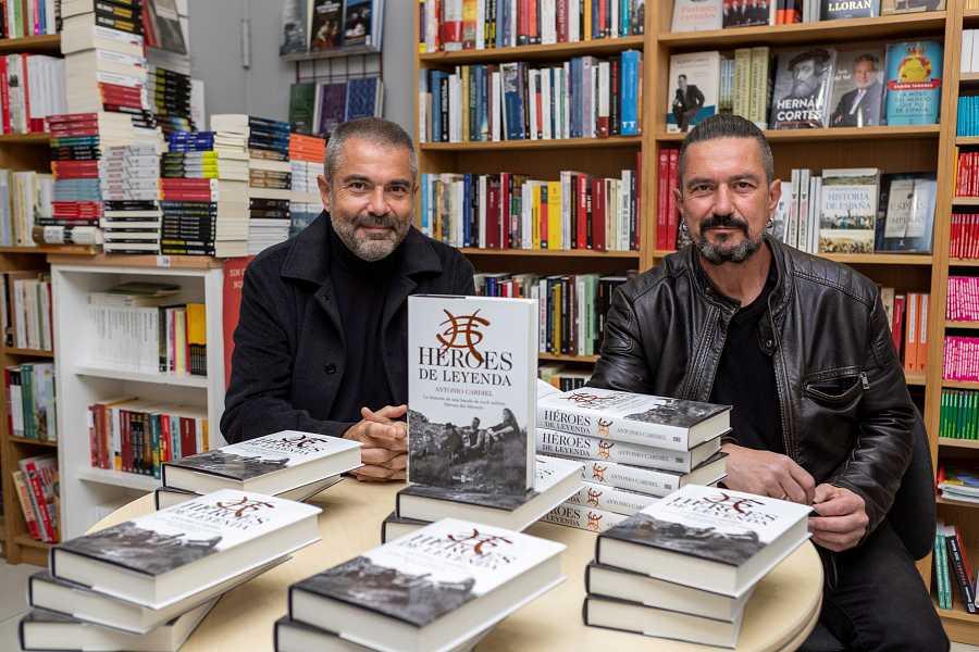 Antonio Cardiel firma ejemplares de su libro