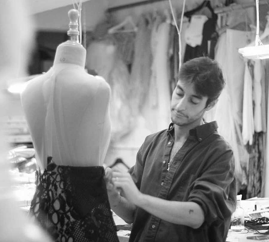 El  joven diseñador apuesta por la alta costura desde su taller sevillano de Lantejuela