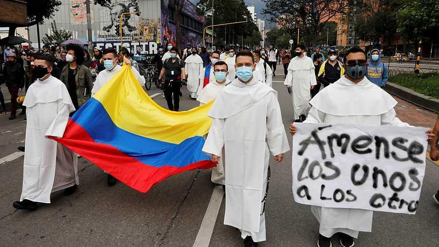 Frailes Dominicos se suman a los manifestantes que marchan por las calles en Bogotá, Colombia.