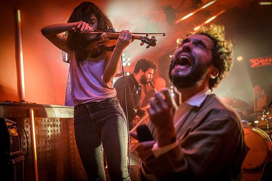 Sara Fontán tocant el violí amb el saxofonista i el cantant de Seward