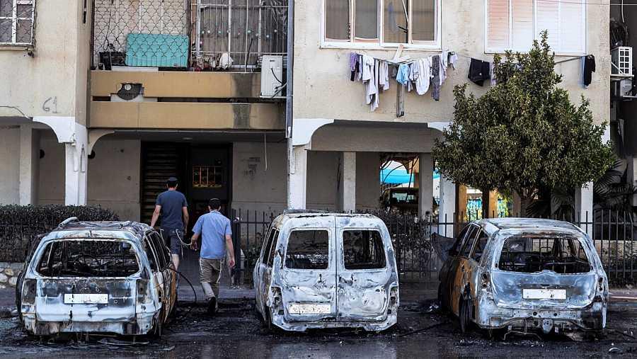 Vehículos quemados en los disturbios en una calle en Lod, localidad israelí cercana a Tel Aviv. REUTERS/Ronen Zvulun