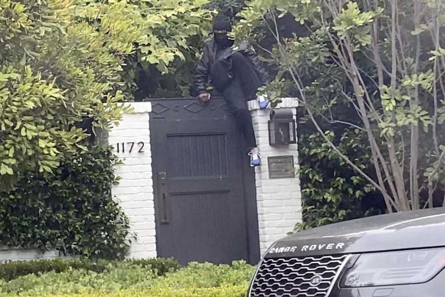 Un intruso trepando por la puerta de la casa de Ben Affleck