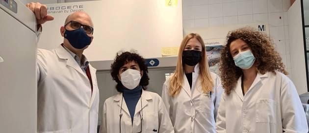 Las investigadoras Inés y Sabina junto con los directores del laboratorio.