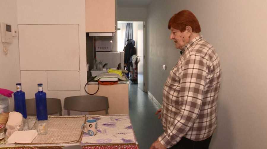 Aldo en su casa modular industrializada.