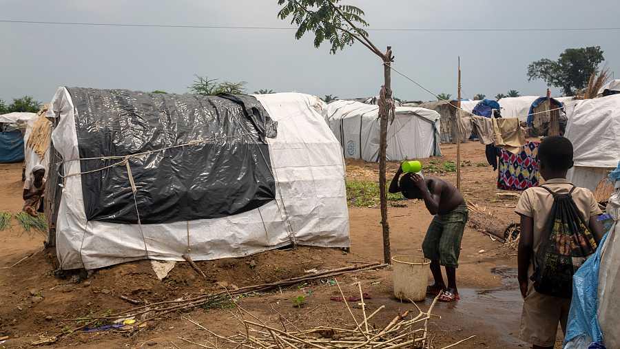 Un niño se asea en el campamento levantado en Gatumba para acoger a los refugiados climáticos.