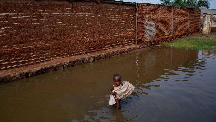 Una niña juega con el agua tras las inundaciones deGatumba.
