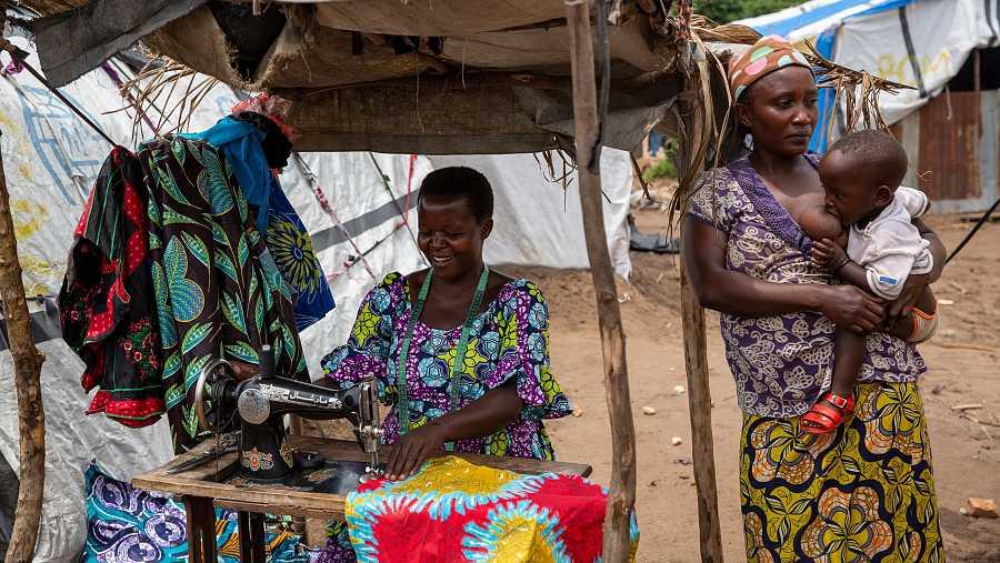 Jeannette Niyibigira, a la izquierda,regenta un pequeño negocio textil en el campo de Gatumba, que ha podido montar gracias a la ayuda humanitaria.