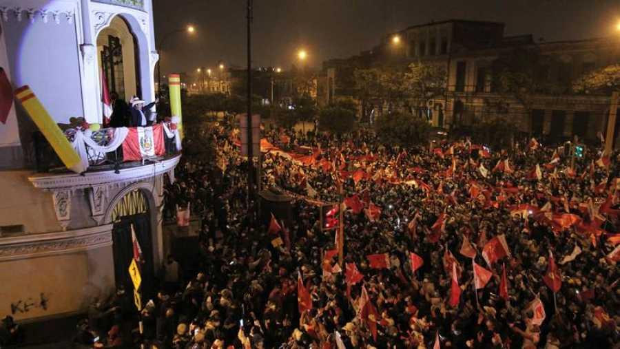 El candidato presidencial Pedro Castillo saluda a sus seguidores en Lima mientras se esperan los resultados electorales